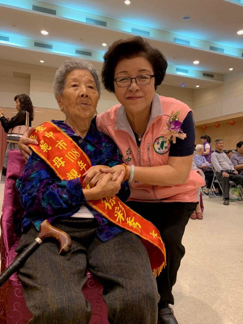 市議員邱素貞與模範母親張徐彩秀合影,祝福辛苦的媽媽們母親節快樂。(記者許國楨翻攝)
