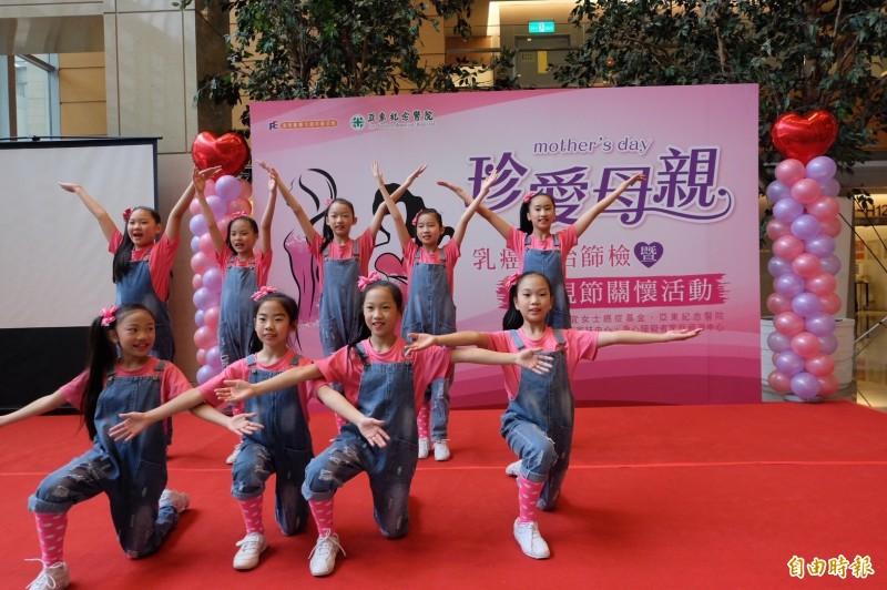 亞東醫院舉辦珍愛母親活動,提供300個免費乳房超音波檢查名額。(記者何玉華攝)