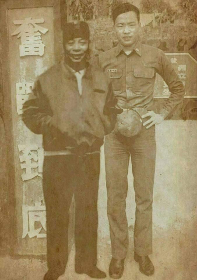 網路廣傳一張高雄市長韓國瑜與前總統蔣經國的造假合成照片,真正原版照片並無蔣經國。(記者陳鈺馥翻攝)