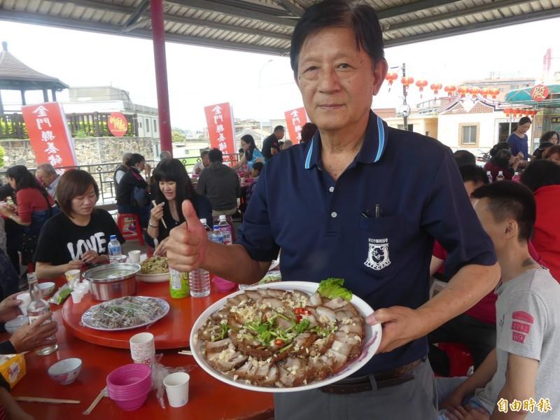中華民國養豬協會秘書長張生金(站者)赴金門參加國產豬肉促銷活動,用行動為金門豬肉的衛生、安全背書。(記者吳正庭攝)