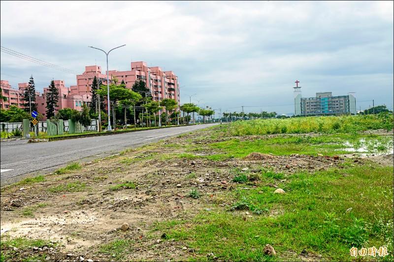 鹿港打鐵厝產業園區預定地是台糖土地,南側基地最近剛拆鐵皮圍籬,對面就是富麗大鎮勞工住宅。(記者劉曉欣攝)