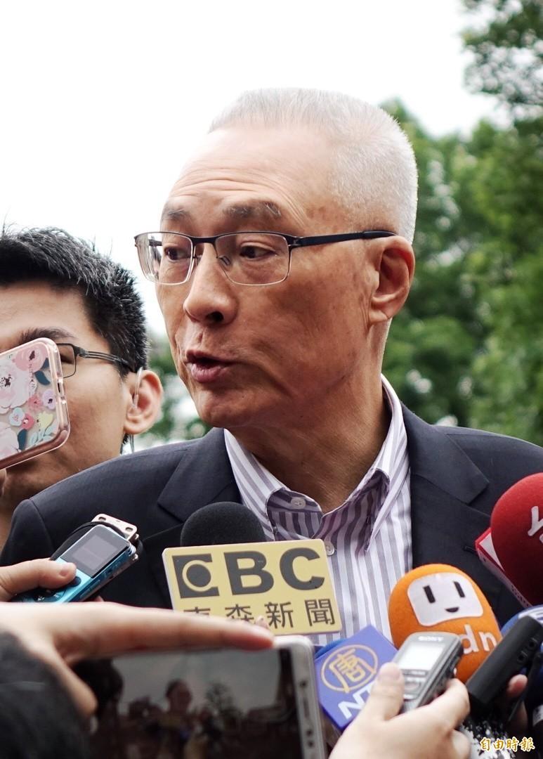被媒體問到「韓國瑜昨天對自經區的看法會不會衝擊民調?」吳敦義立刻糾正記者,那個應該不要叫「自經區」,自由經濟貿易區應該簡稱「自貿區」。(記者林正堃攝)