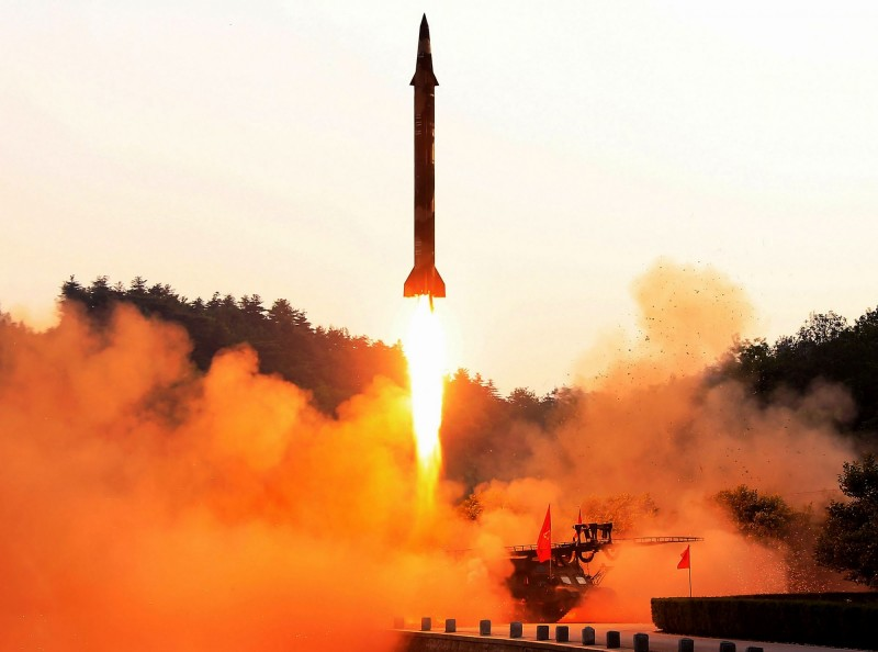 北韓今(4日)上午9時06分發射不明短程飛行物。北韓飛彈發射示意圖。(法新社)