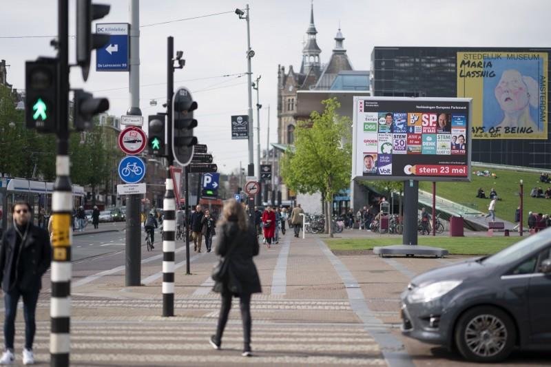 荷蘭阿姆斯特丹2030年起,將全面禁止燃油汽機車輛駛進市區。(彭博)