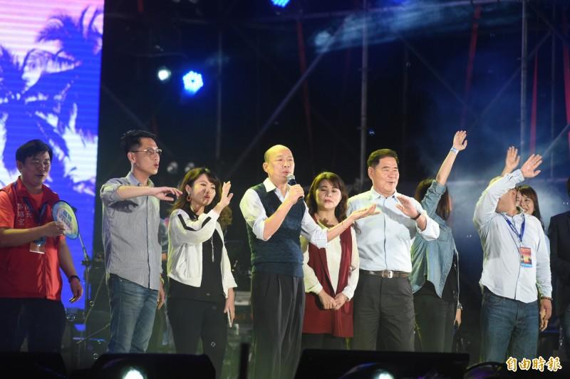 高雄市長韓國瑜於晚間9點半抵達現場,演唱歌手蔡琴的名曲「讀你」,台下有民眾兩度高喊「下台」。(記者張忠義攝)