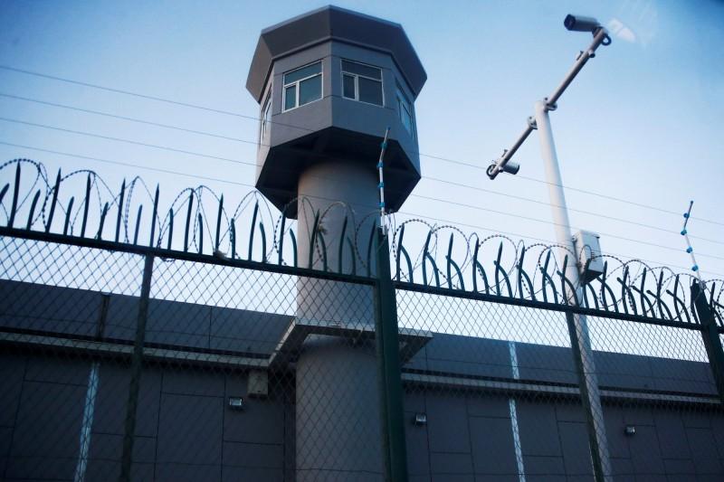 美國國防部亞太事務助理部長薛瑞福(Randall Schriver)今天重批中國,指中國關押新疆少數民族維吾爾人約300萬名穆斯林在「集中營」。圖為新疆再教育營外牆。(路透資料照)