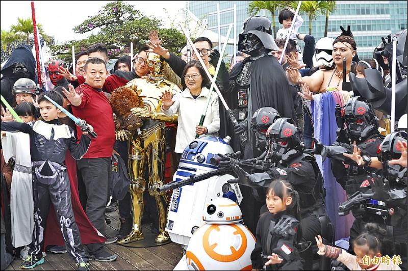 總統蔡英文(中)昨天現身台北星戰日活動,拿著光劍與星戰迷大喊「願原力與你同在」。(記者陳志曲攝)