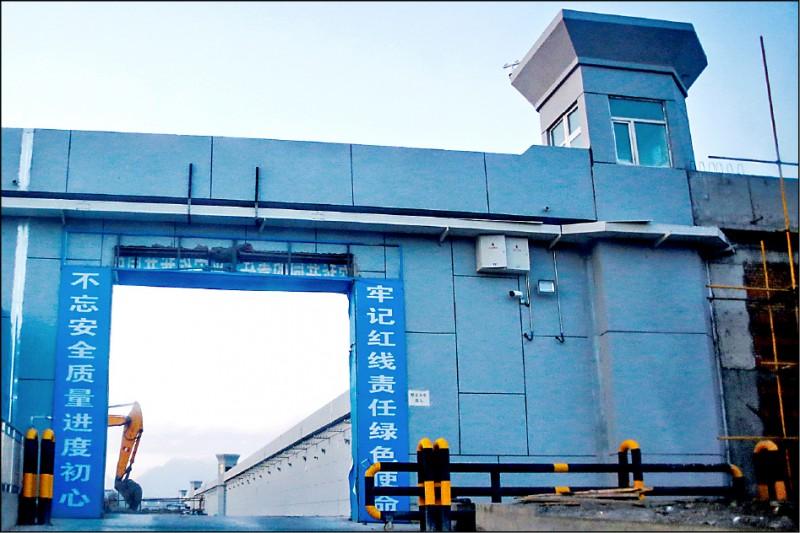 美國國防部助理部長薛瑞福三日首度以集中營形容中國在新疆關押穆斯林的再教育營。圖為在烏魯木齊達坂城區的一座再教育營。(路透檔案照)