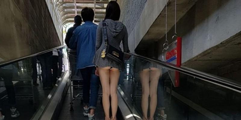 民眾發現前方穿著超短連身裙的女子走光,戲稱這大概是這麼多人愛去好市多的原因。(圖擷取自爆笑公社)