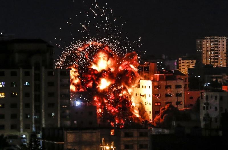 週六時巴勒斯坦武裝份子曾朝以色列南部發射了大約250枚火箭、砲彈,以色列也發動空襲擊對加薩走廊展開報復空襲。(法新社)