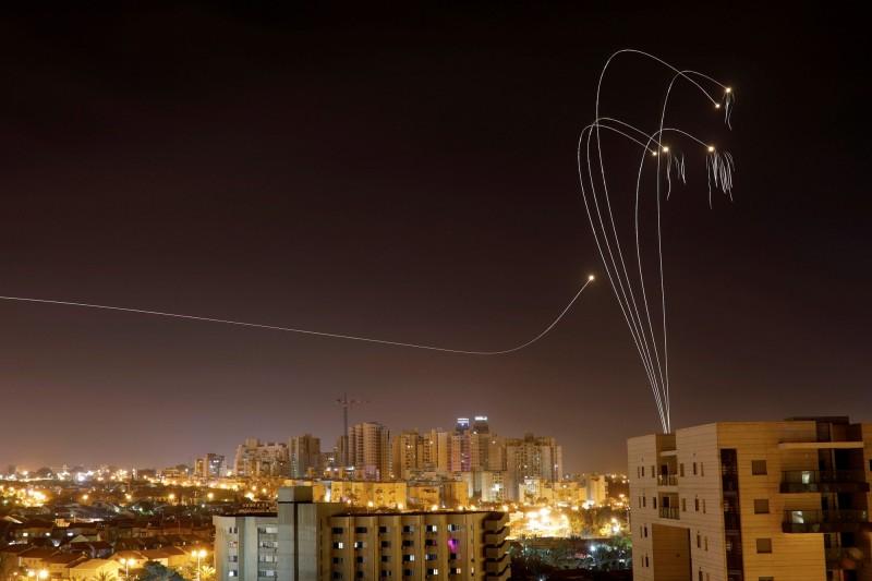 圖為在加薩的巴勒斯坦武裝份子朝以色列射出多枚火箭,據外媒報導,週六時巴勒斯坦武裝份子朝以色列南部發射了大約250枚火箭。(路透)