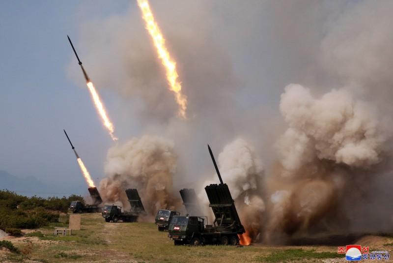 北韓證實4日進行「火力攻擊演習」,金正恩視察演習後強調,唯有保持強大的軍事實力,才能得到真和平。(歐新社)