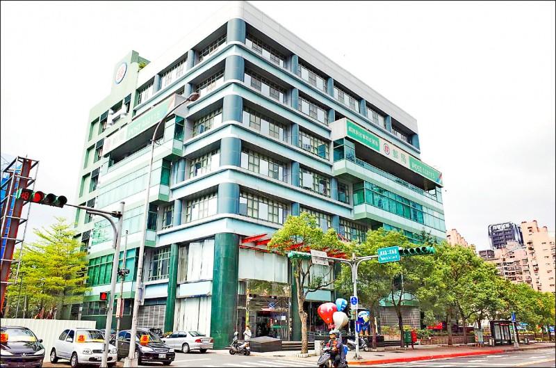 台北市南港郵局的三至五樓,已確定將成立首間「長照中心郵局」,由衛福部基隆醫院負責,預計今年十月可建置完成。(資料照)