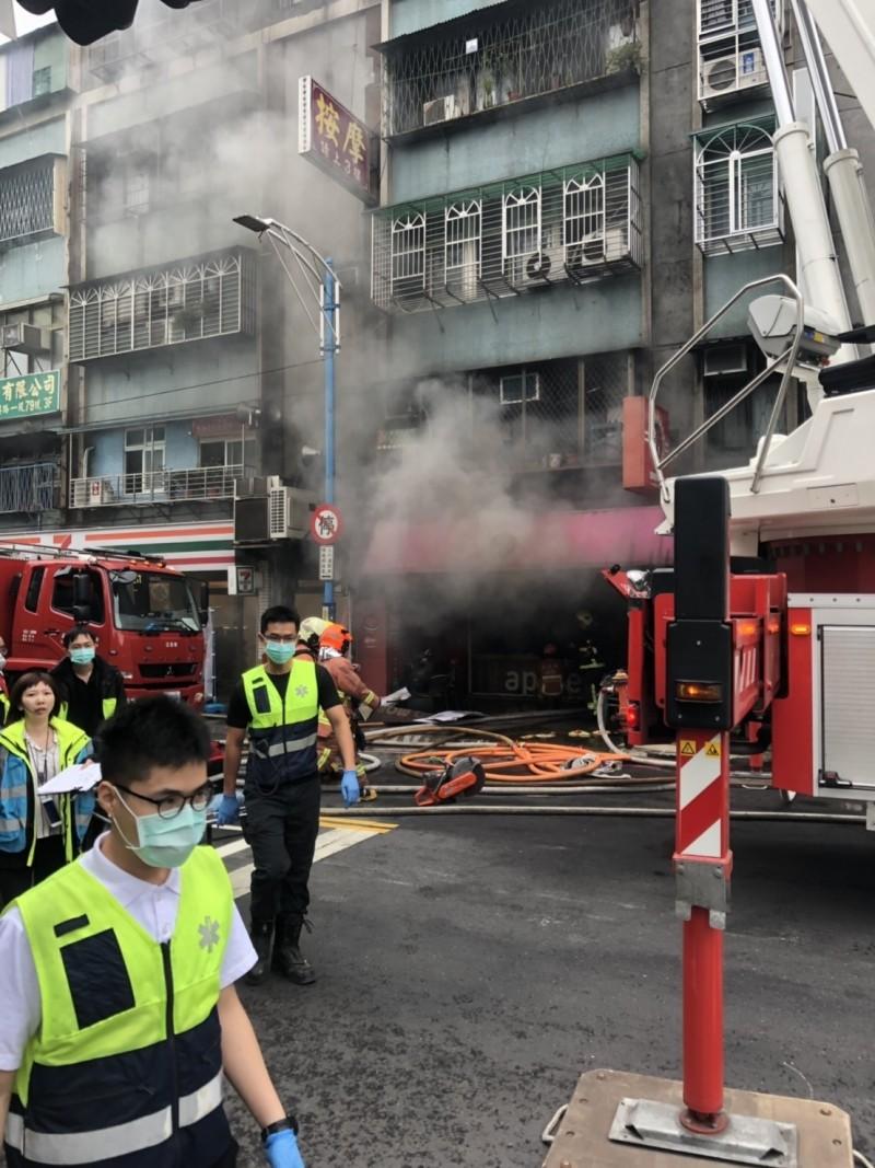 公寓1樓早餐店竄出火舌濃煙,大批消防人員到場搶救。(記者曾健銘翻攝)