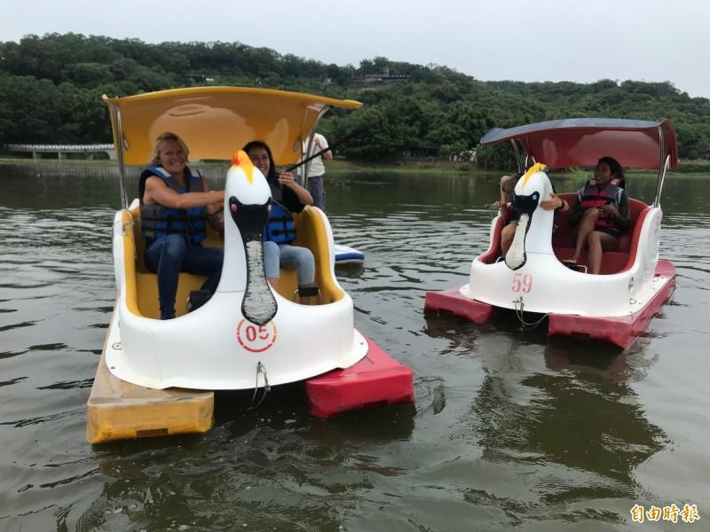 新竹市青草湖水域活動強勢回歸!今年還新增天鵝船,要讓市民重溫兒時記憶,同時邀請立式划槳冠軍選手來體驗和表演,更搭配春遊專案,有免費體驗活動。(記者洪美秀攝)