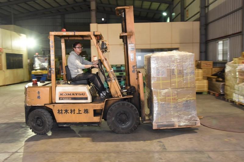 中國濟南茶葉集團訂購茶葉5000多公斤,下午在台中裝櫃出貨。(南投縣府提供)