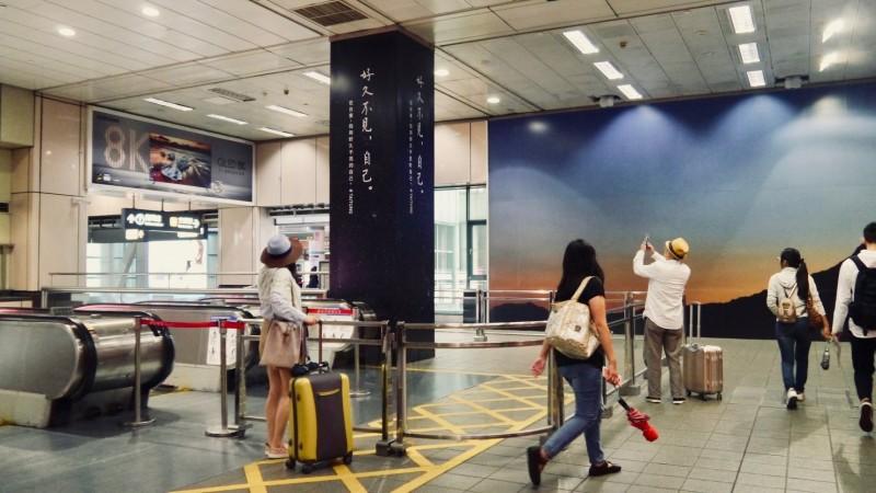 唯美的廣告設計,也吸引旅客駐足拍照。(圖取自臺東設計中心臉書)