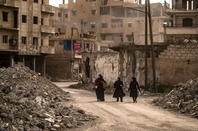 敘利亞是ISIS恐怖攻擊下受創嚴重的一個國家,但在該國的北方,卻有著一個屬於婦女的避難村莊。圖為敘利亞境內在戰爭下殘破不堪的Raqa省。(法新社)