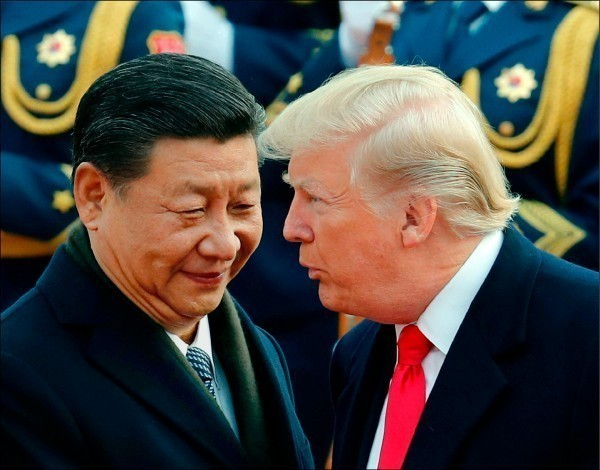 美國總統川普(右)宣布,10日起,將2000億美元中國產品的懲罰性關稅稅率從10%提高到25%。(美聯社資料照)