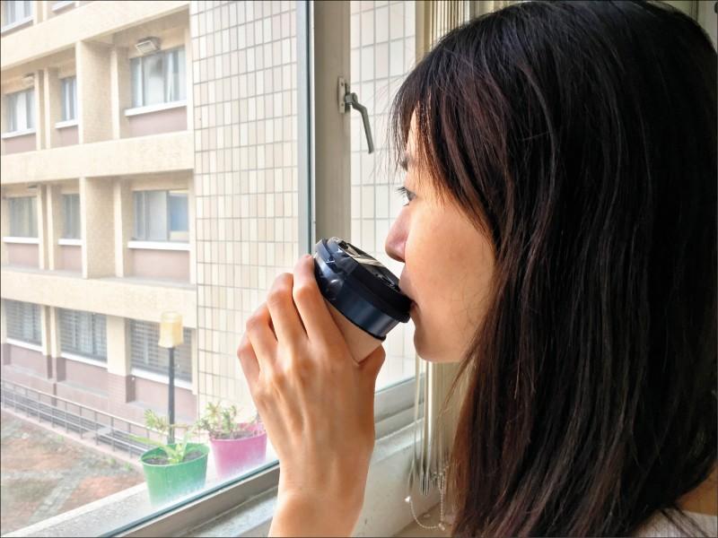 立委質疑就口杯產生的塑膠量比吸管多,環保署長承諾,禁用內用塑膠吸管政策上路後一年,相關配套都會持續檢討。(資料照,記者劉濱銓翻攝)