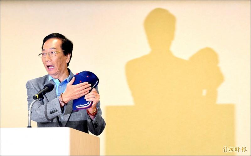 鴻海董事長郭台銘昨舉行美國行返台記者會,對帽子上的中華民國及美國國旗遭中國媒體馬賽克表達不滿。 (記者劉信德攝)