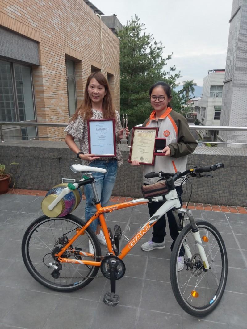 暨大附中簡詩婷(右)發明的自行車洗衣裝置。(暨大附中提供)
