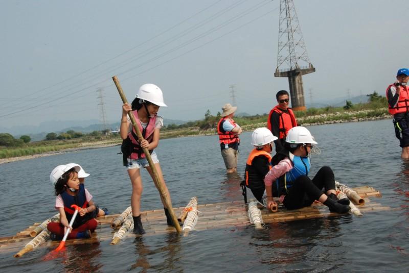 烏日溪尾國小過去是渡船口,學校特開辦造竹筏、渡溪教學。(記者蘇金鳳翻攝)