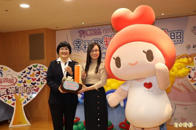 中華道家人文協會理事長張旖(右)代表捐贈一千條蛋糕和兩萬顆愛心粽給新北市政府,由社會局長張錦麗代表受贈。(記者賴筱桐攝)