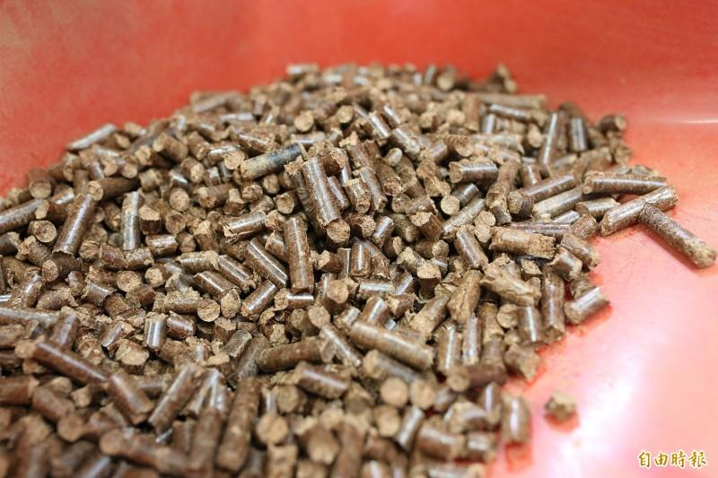 台灣業者利用加工技術,將台灣荔枝樹、棗子樹修剪後的農林副資材製成木質顆粒,成功外銷到海外。(記者邱芷柔攝)