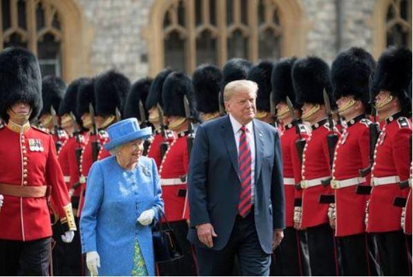 冷溪衛隊是英國御林軍之一,外界比較常見到他們身穿紅色禮服、頭頂熊皮帽的英姿。圖為英國女王伊莉莎白二世(前排左)與美國總統川普(前排右)校閱冷溪衛隊。(圖擷取自冷溪衛隊官網)