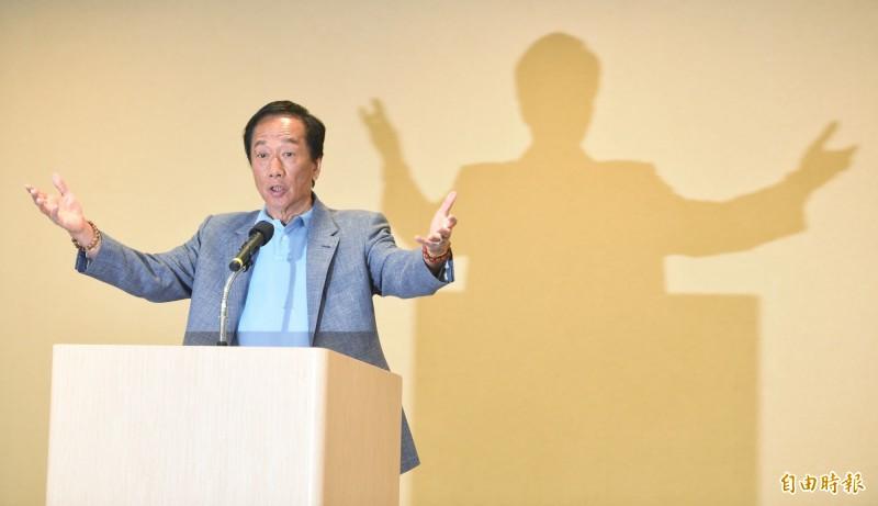 針對鴻海董事長郭台銘日前發表兩岸之相關言論,民進黨發言人周江杰今日表示,郭台銘身為角逐國民黨提名的總統候選人,卻稱台灣是中國不可分割的一部份,逕自向國際傳達的荒謬錯誤訊息,違反台灣人民意志,為中國傳聲,這才是綁架台灣,「其實中國才是鴻海不可分割的一部分?」(資料照)