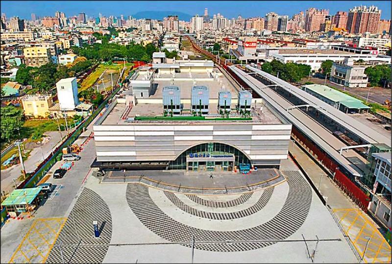 鳳山火車站開發大樓將於九月動工。圖為火車站現況。(記者陳文嬋翻攝)