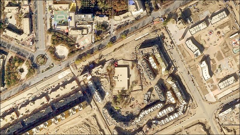 二○一八年十一月衛星空照圖顯示,和田地區于田縣的木尕拉艾提卡清真寺,門樓和圓頂已經消失。(取自網路)