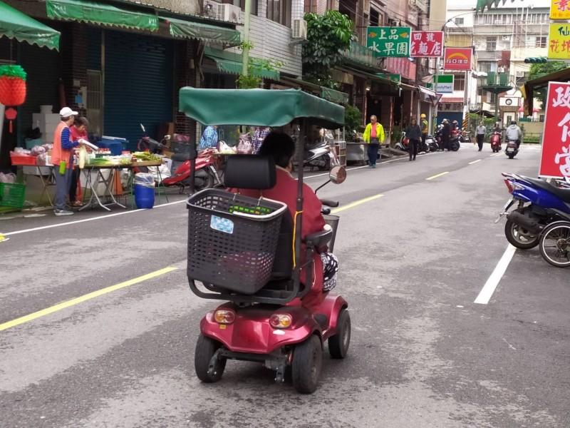 醫療電動代步車不是車,在道路上使用時,視同行人,應靠邊行走 。(新北市交通裁決處提供)