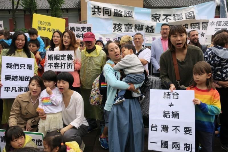 今天有近40個同志家庭站出來,呼籲支持政院版本通過。(圖由台灣同志家庭權益促進會提供)