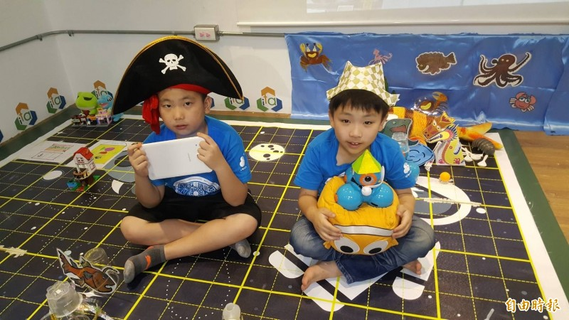 新竹市東園國小的二年級同學彭亮瑜(右)和賴品豪摘下「奇幻盃全球挑戰賽」6至8歲組世界冠軍。(記者蔡彰盛攝)