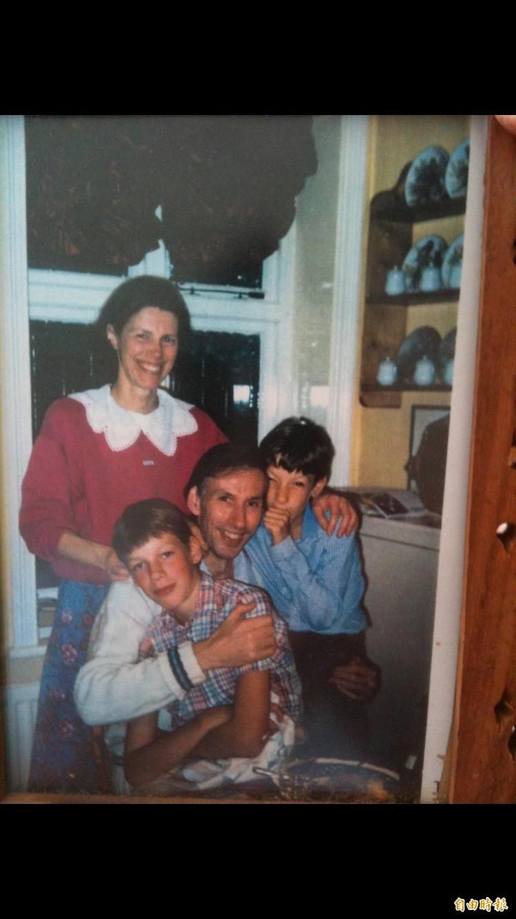 安東(前排一)與家人的合照。(記者王捷攝)