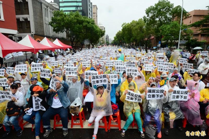 同婚專法議題備受外界關注,反同團體號召上千人聚集聚集在立法院外抗議,表達訴求。(記者王藝菘攝)