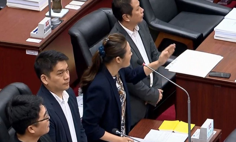 民進黨高雄市議員高閔琳質疑,韓國瑜的自經區名稱前後混淆,詢問他到底要提哪一種名稱、方案的自經區。(擷取自Youtube)