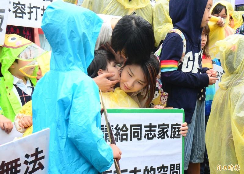 同婚專法議題備受外界關注,挺同團體8日一早到立法院大門口舉辦記者會,挺同團體號召40組同志家庭帶著小朋友,一起吶喊「不要拆散我們的家」 。(記者王藝菘攝)