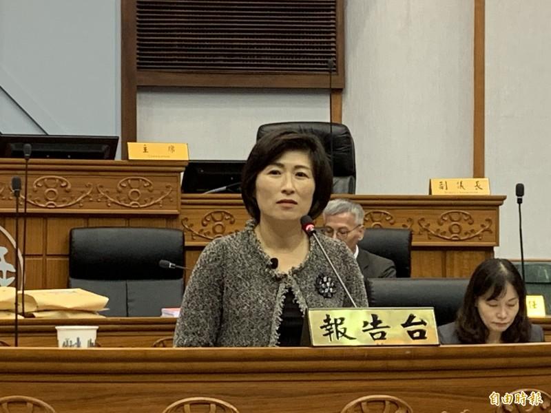 饒慶鈴到議會專案報告垃圾處理方案。(記者張存薇攝)