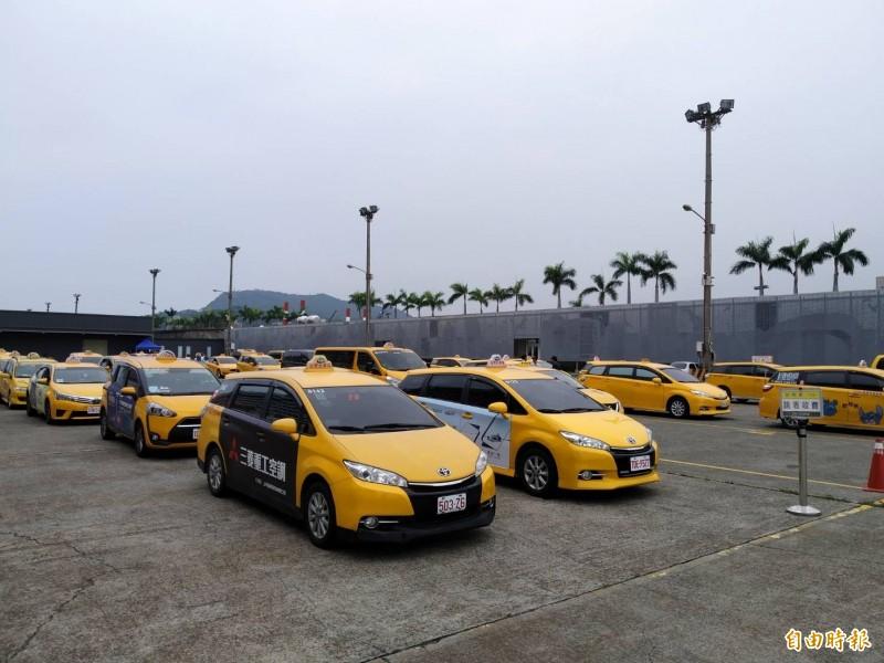 約50輛計程車排班,僅8輛車載到散客。(記者洪定宏攝)
