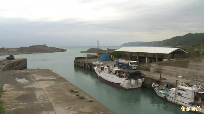 尚武港淤砂問題嚴重,漁民無法出海作業,怨聲載道。(記者陳賢義攝)