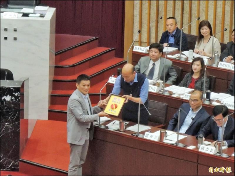 高市議員陳善會送聖筊給韓國瑜,鼓勵他把心思放高雄。(記者王榮祥攝)