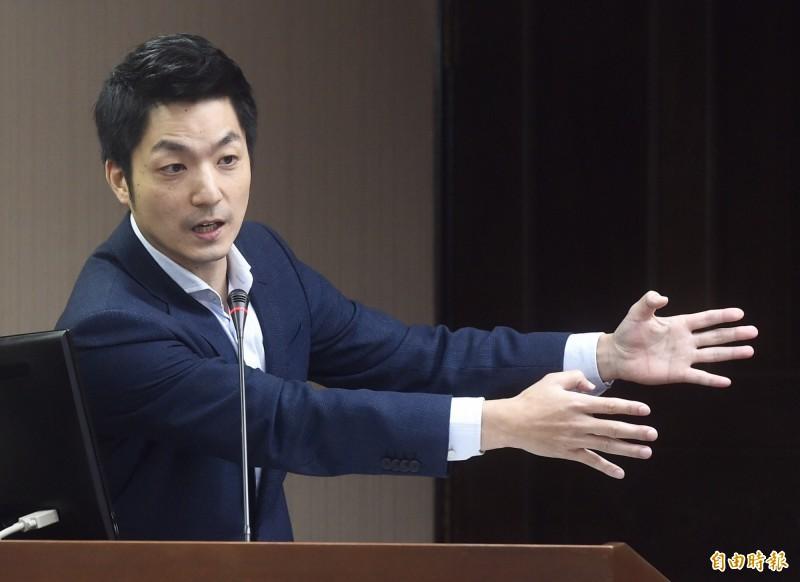 國民黨立委蔣萬安(見圖)8日沒注意到會議室麥克風沒關,一句「支持韓國瑜的人都是比較沒理性」引爆眾多韓粉怒火,臉書粉絲專頁也隨即被大量留言灌爆。(資料照,記者簡榮豐攝)