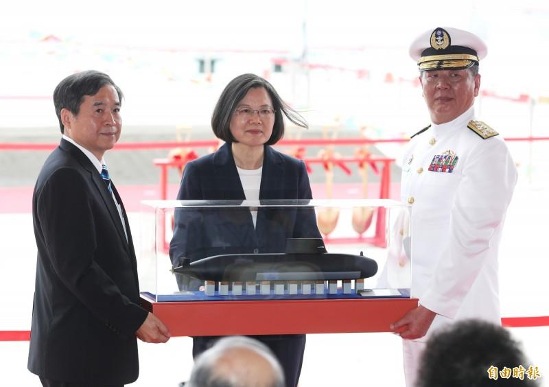 總統蔡英文9日出席海軍潛艦國造專用廠房動土典禮,現場也首度對外公開擁有X型尾舵潛艦構型的未來國造潛艦的原型艦模型。(中央社)