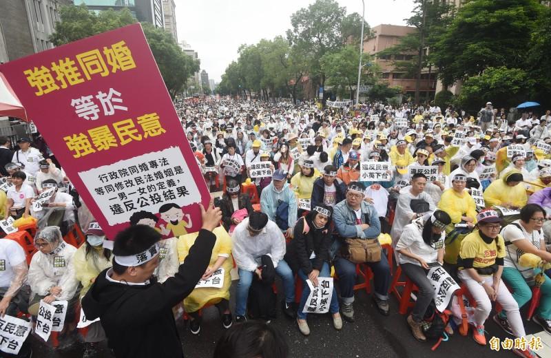 下一代幸福聯盟8日號召支持者穿著白衣集結立法院外,呼籲立委不應忽視765萬的公投民意、盡速三讀婚姻應限定一男一女。(記者廖振輝攝)