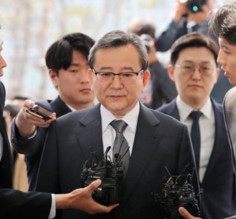 韓國前法務部副部長金學義,涉嫌收受建商數千萬韓元賄賂並參加30女極樂性愛派對,今(9日)現身檢察廳接受調查。(圖擷自「hugs_fn」IG)