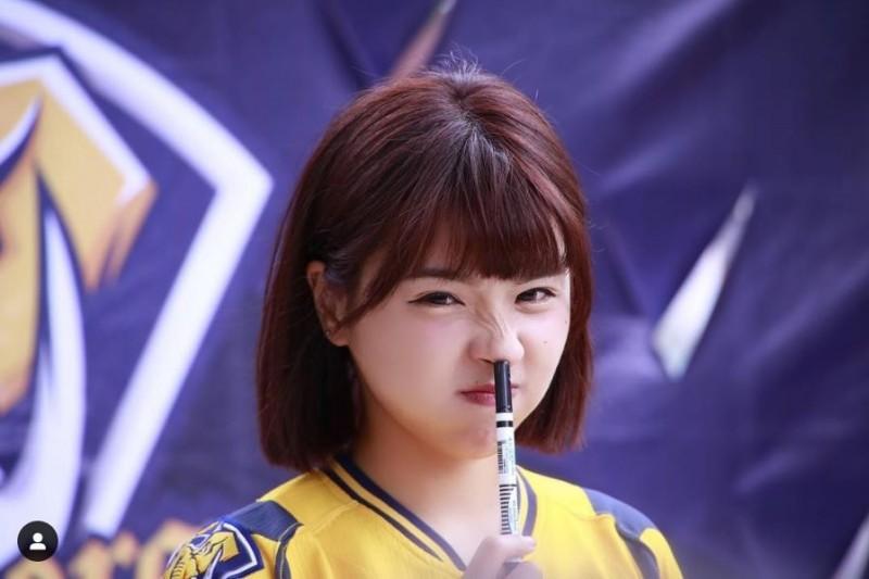「啦啦隊女神」峮峮,因甜美長相在網路上享有極高人氣。(圖擷自IG)