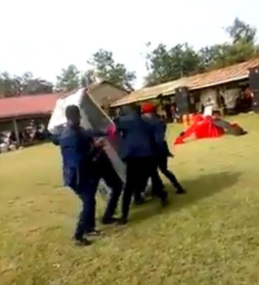 迦納4名殯葬人員將棺材扛在肩上跳舞,然而當中卻疑似有人手滑,導致棺材翻落在地。(圖擷取自臉書Kasapa1025FM)